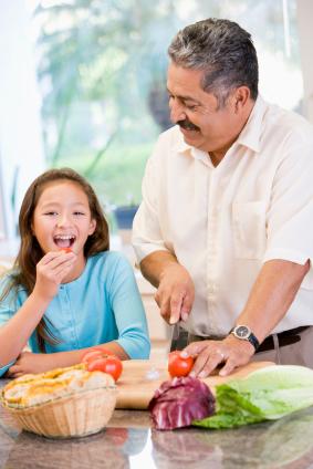 Cocinando con el abuelo: fortaleciendo lazos entre diferentes generaciones a través de recetas familiares.