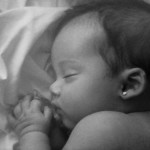 baby sleeping black and white poto
